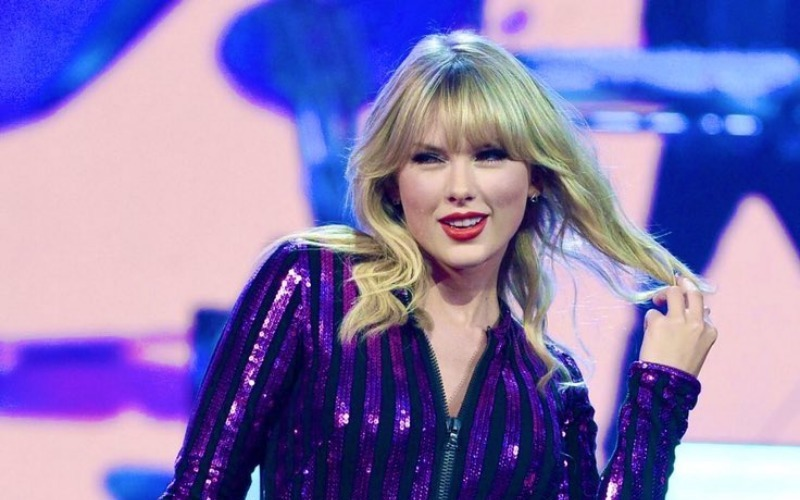 Taylor Swift y Becky G cautivan en un concierto para suscriptores de Amazon
