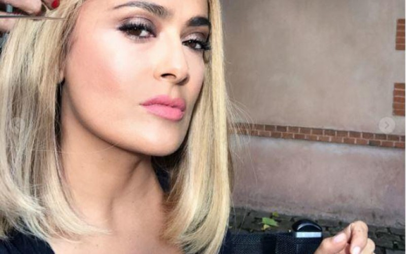 Salma Hayek cautiva en Paris Fashion Week con inesperado look